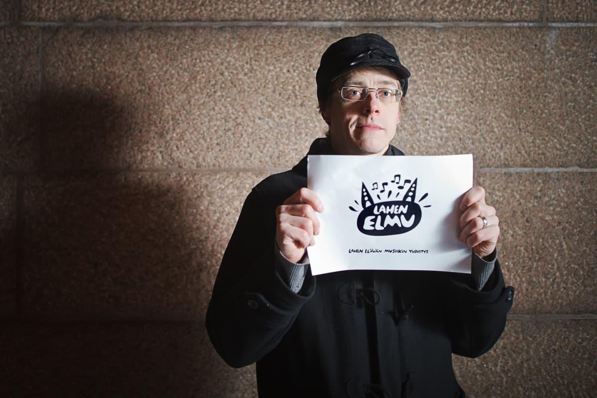 Graafinen suunnittelija Matias Teittinen esittelee Lahden elävän musiikin yhdistyksen logoa