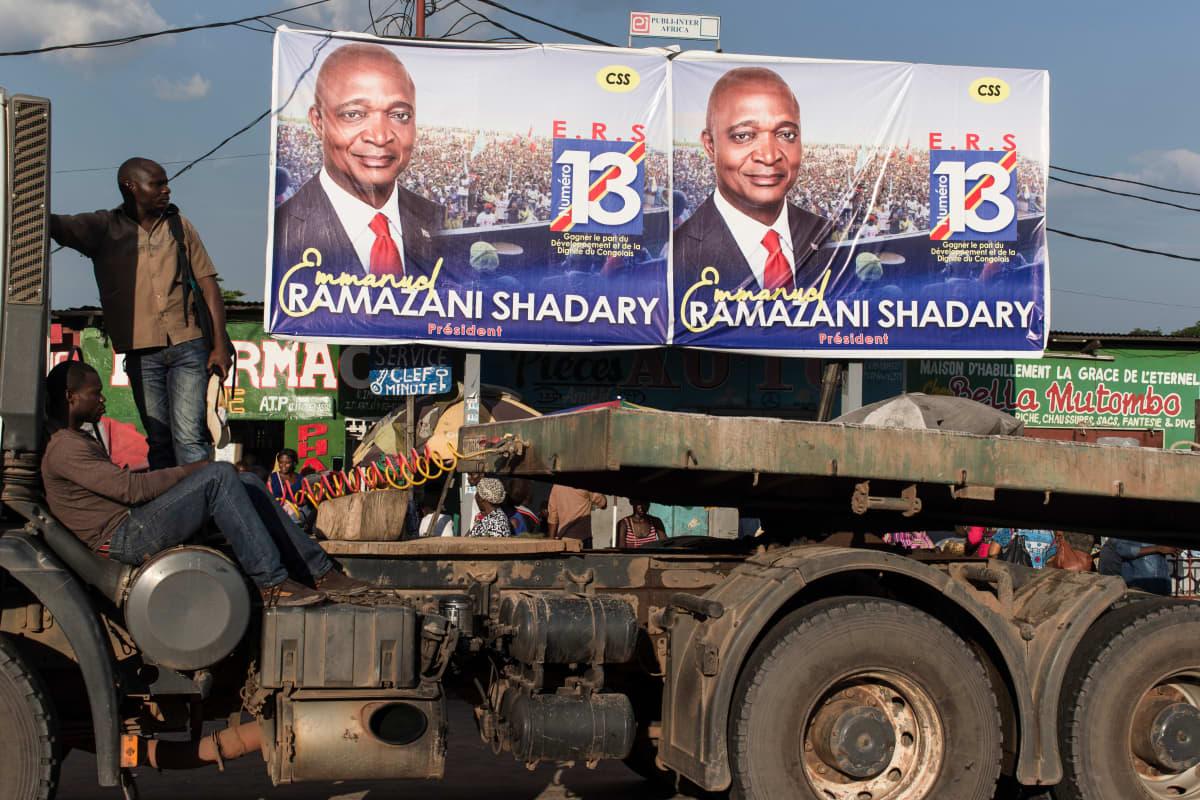 Johtavan puolueen ehdokkaan Emmanuel Ramazani Shadaryn kampanjabannereita Kongon pääkaupungin Kinshasan kaduilla.