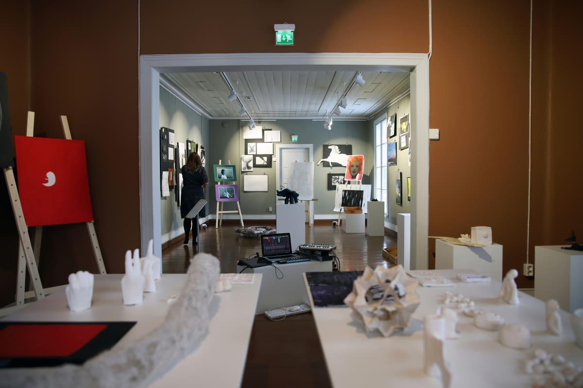 Muistaa unohtaa -näyttely avautui Villa Väinölässä Alajärvellä torstaina.