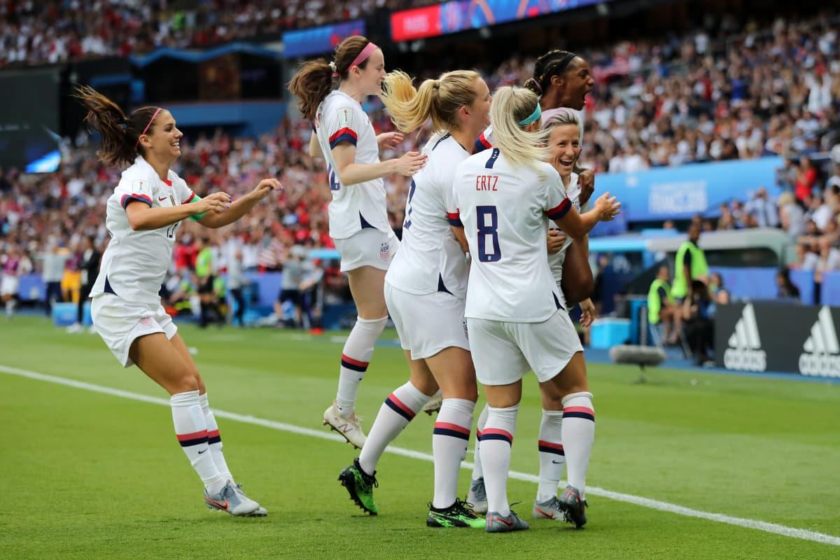 USA:n joukkue on uhkunut itseluottamusta läpi turnauksen. Tässä Yhdysvallat juhlii Megan Rapinoen osumaa Ranskaa vastaan puolivälierässä Pariisissa.