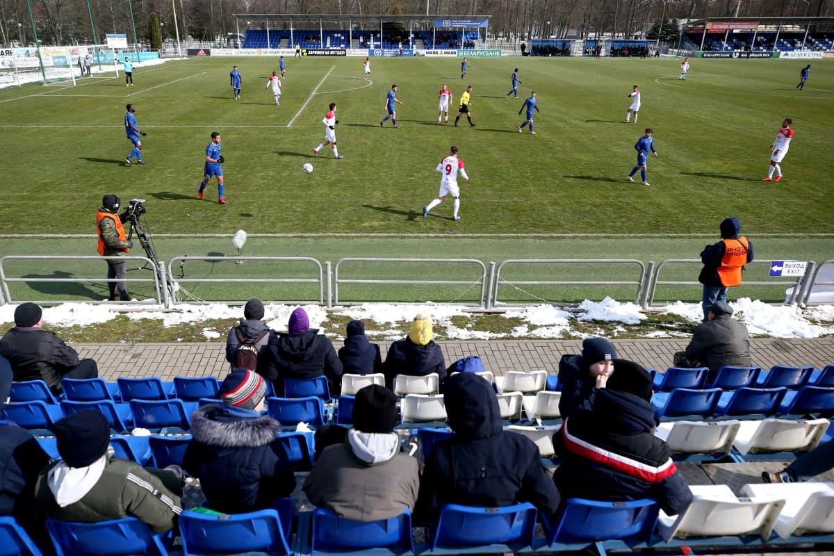 Fanijoukko seurasi Valko-Venäjän cupin ottelua FC Slutskin ja Slavia Mozyrin välillä Slutskin kaupungissa 22. päivä maaliskuuta. Valko-Venäjän urheilusarjat pyörivät normaalisti koronaviruspandemiasta huolimatta.