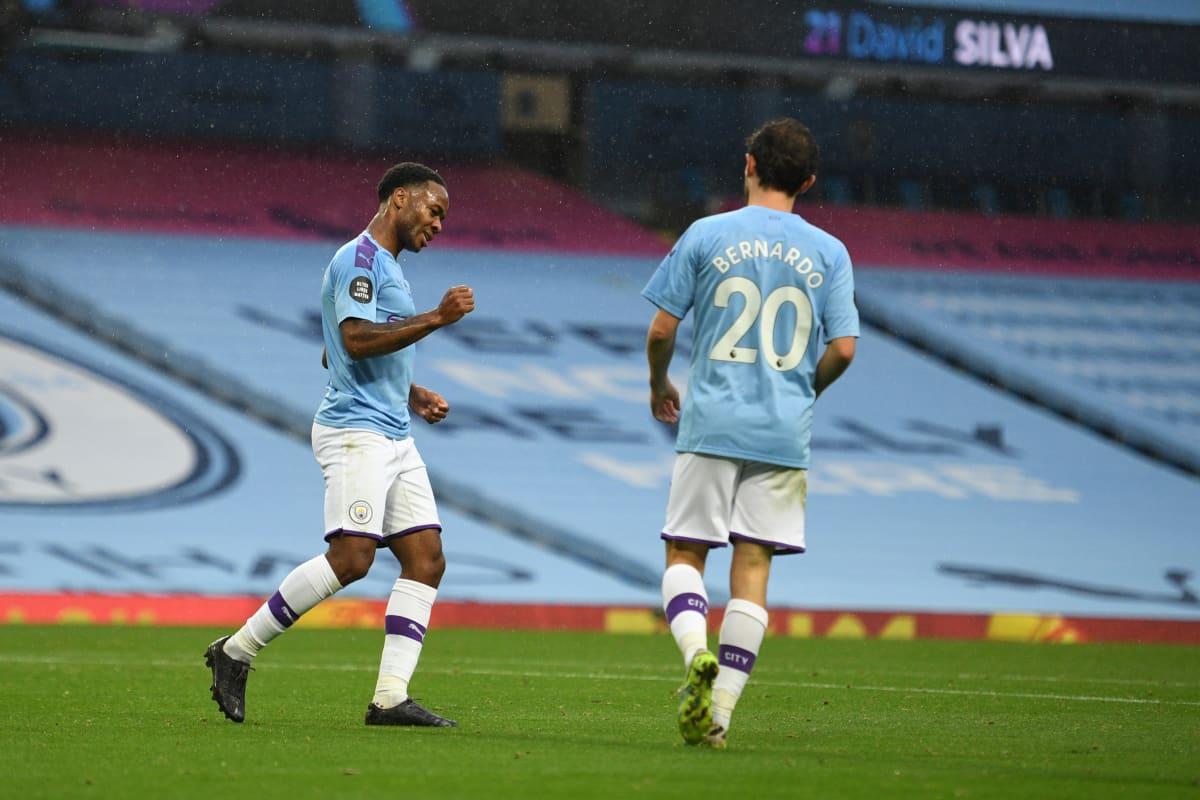 Manchester Cityn Raheem Sterling ja Bernardo Silva juhlivat maalia.