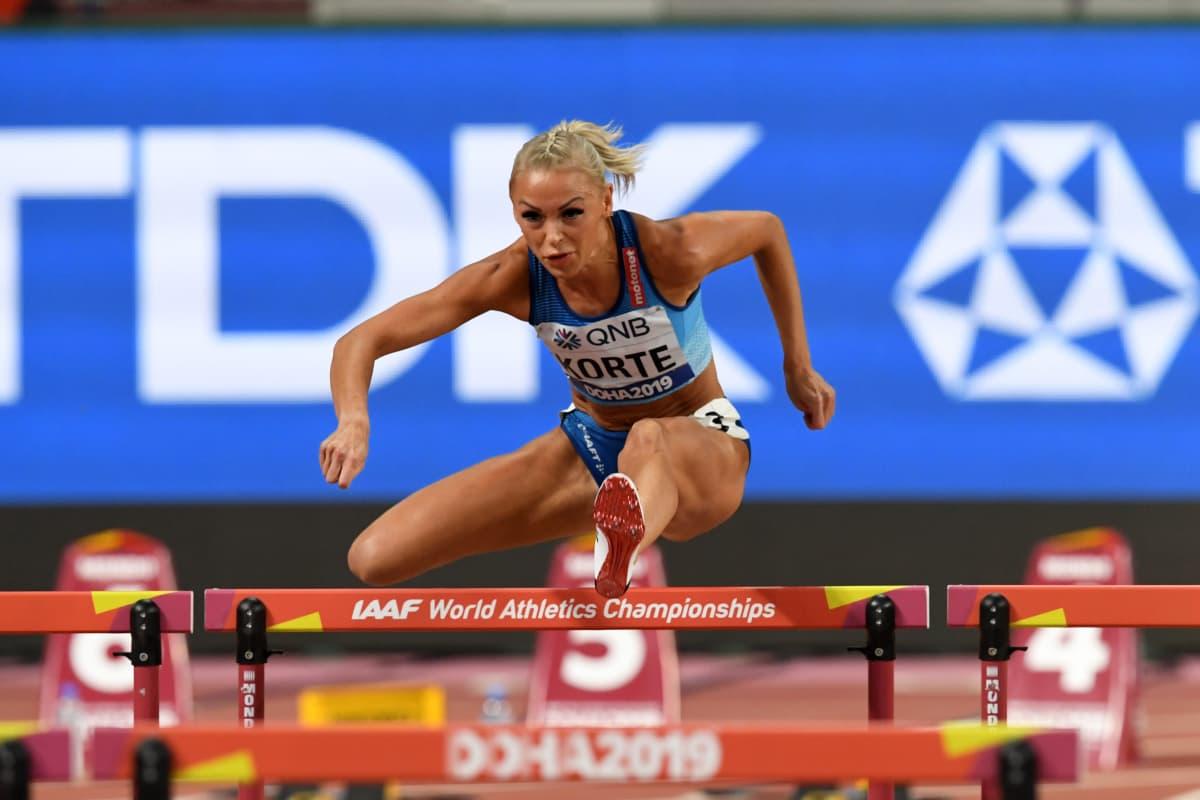 Annimari Kortteen Suomen ennätys 12,72 antaa Kansainvälisen yleisurheiluliiton pistetaulukosta 1 188 pistettä. Pisteissä kyse on neljänneksi kovimmasta suomalaisnaisen SE-tuloksesta.