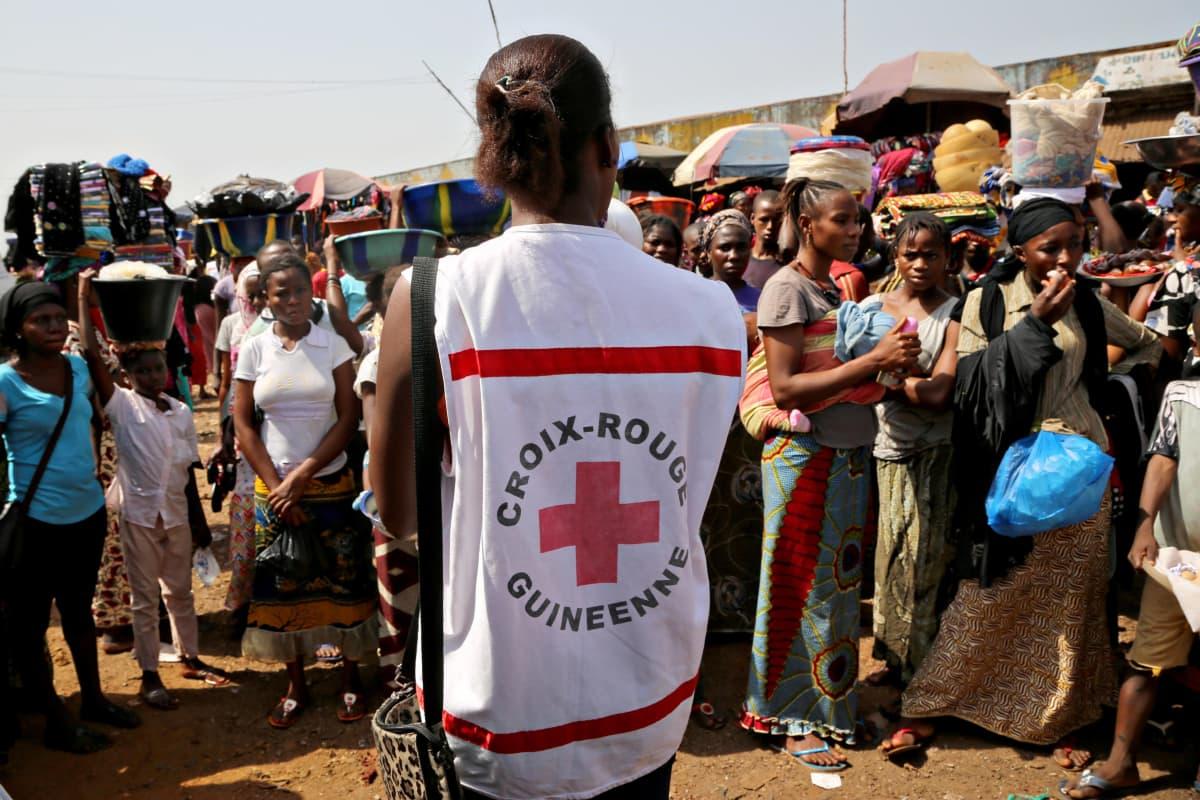 Guinean Punaisen Ristin vapaaehtoiset levittivät tietoa ebolasta Matoton torilla Guinean pääkaupungissa Conakryssa huhtikuussa 2014.