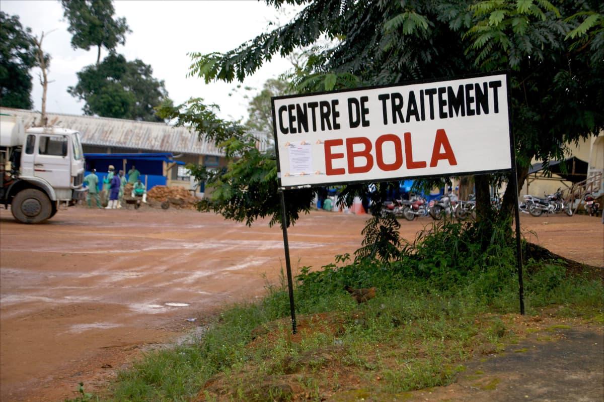 Kyltti ebolahoitokeskuksen edessä Guéckédoussa, Guineassa vuonna 2014.