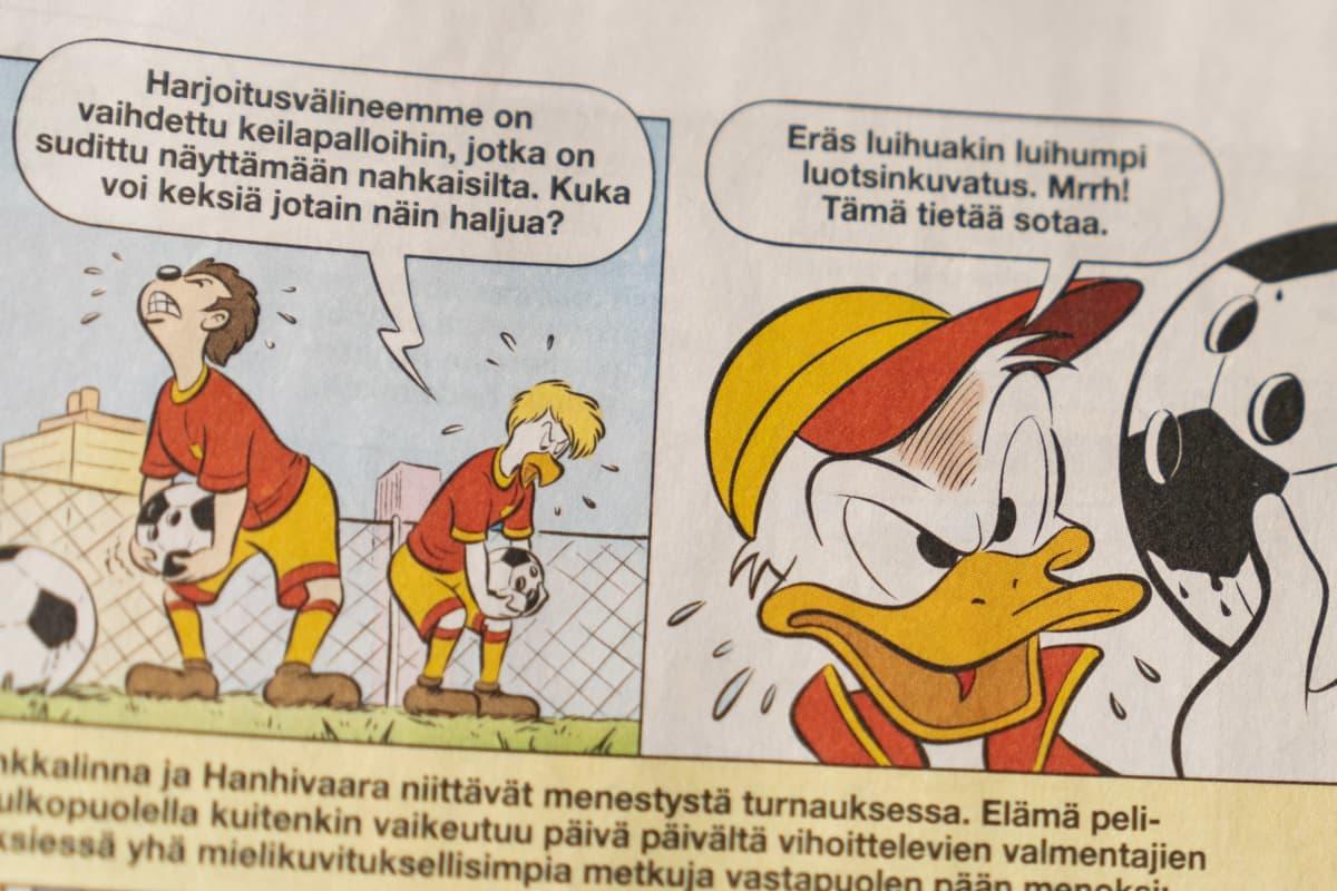 Kuva Aku Ankka -sarjakuvalehden sivulta, teemana jalkapallo