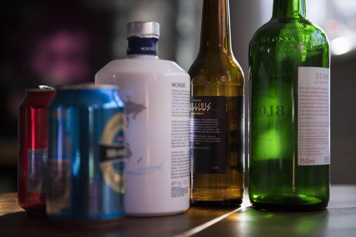 Alkoholipulloja pöydällä