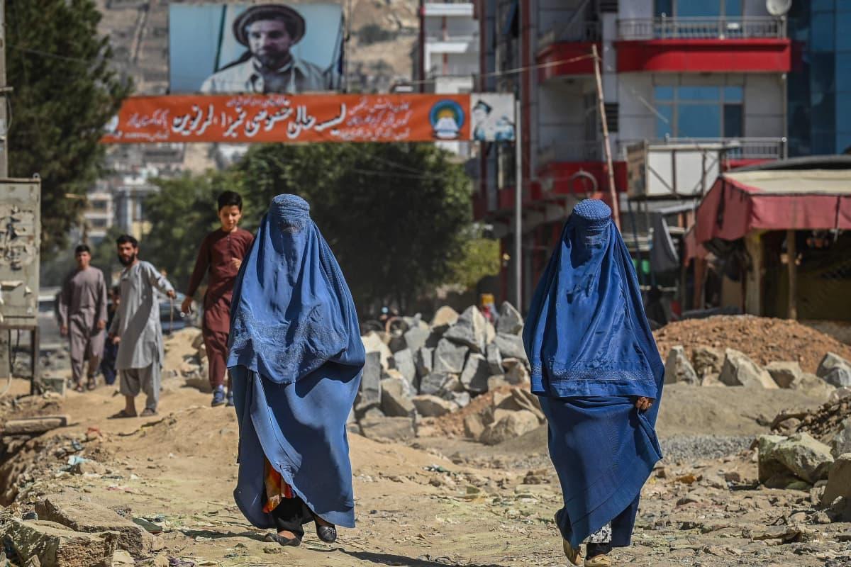 Kvinnor iklädda burka i Kabul 8.9.2021