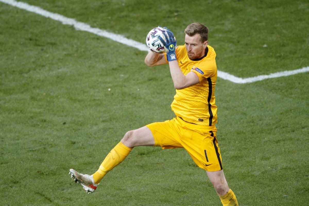 Lukas Hradecky poimii pallon Tanskaa vastaan EM-avauksessa 2021.