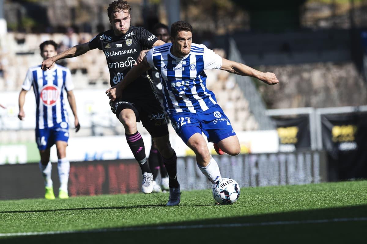 SJK:n Daniel Håkans (vas.) ja HJK:n Filip Valencic jalkapallon Veikkausliigan ottelussa HJK - SJK Helsingissä.