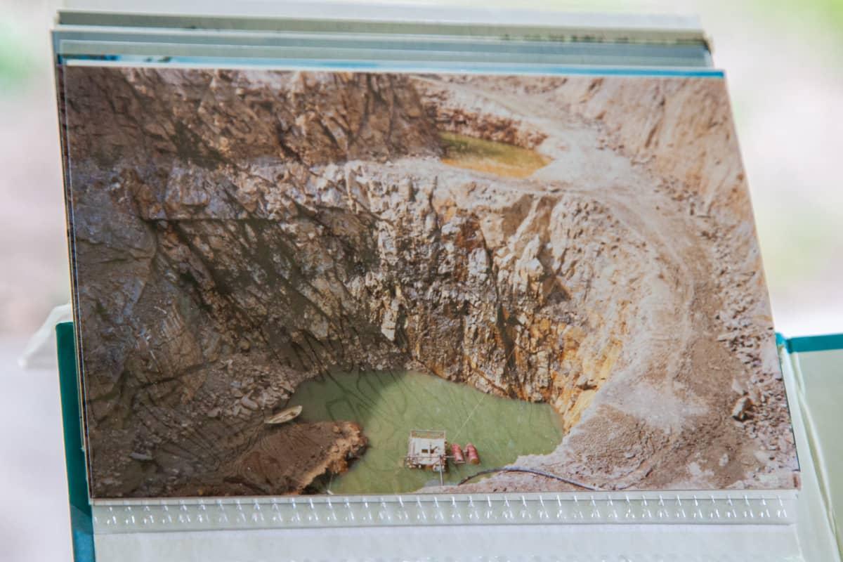 Martti Töllin kotialbumissa kuva, jossa Telkkälän kaivos toimintaa jatketaan 80-luvun lopulla. Iso avolouhos.