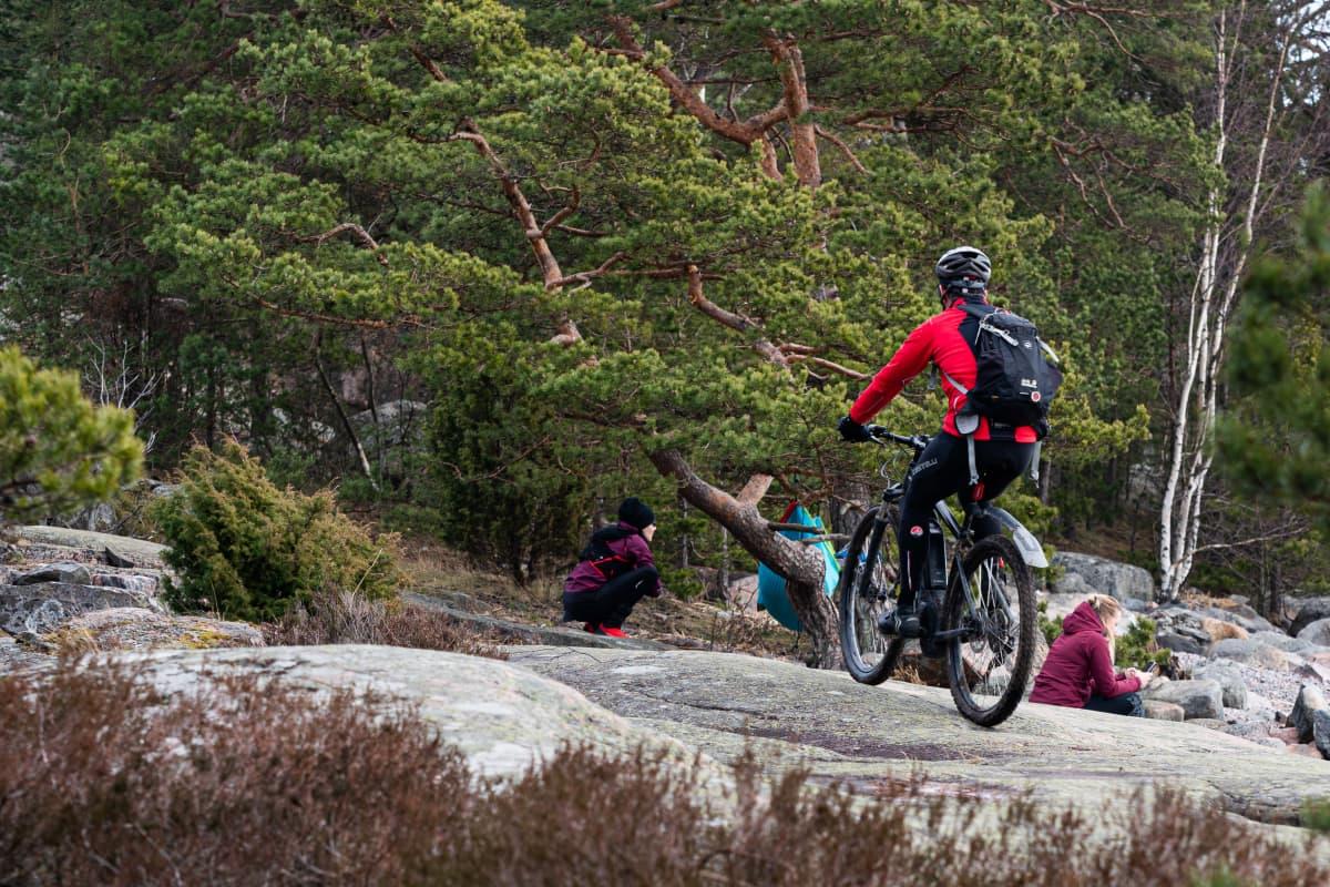 Ihmisiä ulkoilemassa Inkoon Kopparnäsissä.