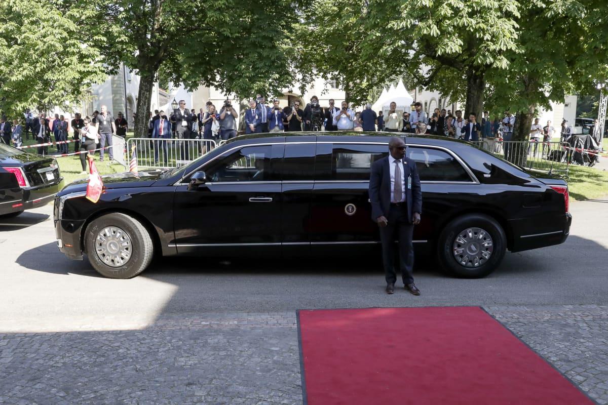 Presidentti Joe Bidenin limusiini odotti häntä kokouspaikan edessä Genevessä.