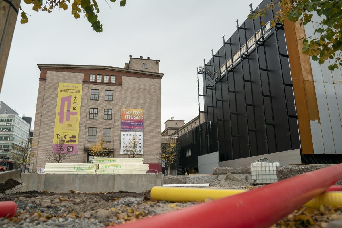 Työmaa-alue Kaapelitehtaan ja Tanssin talon edessä.