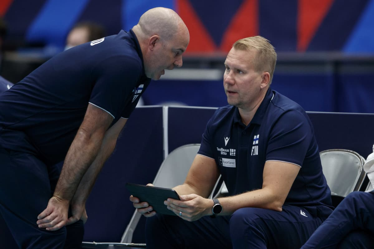 Suomen miesten lentopallomaajoukkueen valmentajat Joel Banks ja Sami Kurttila keskustelevat.
