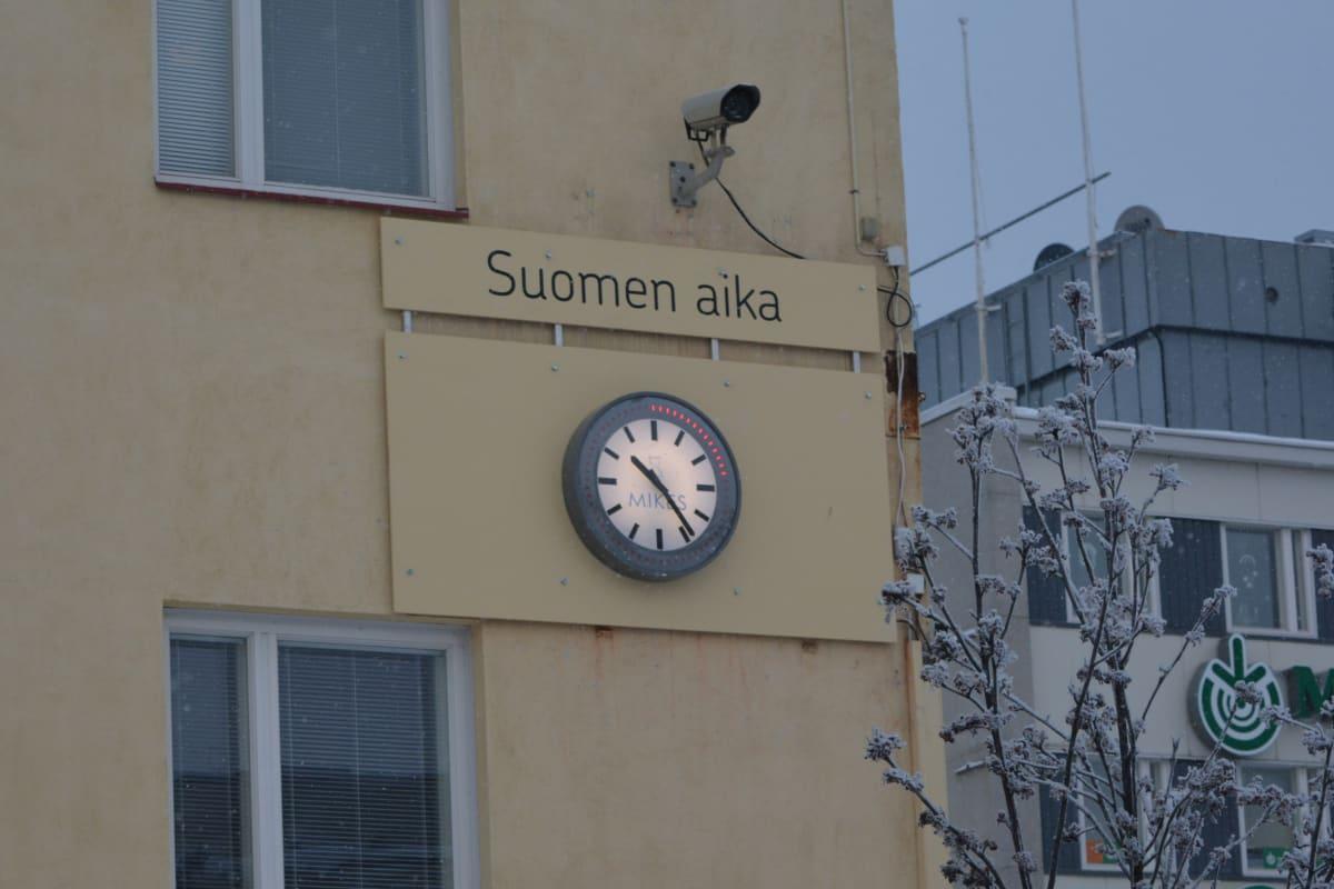 Kajaanin Raatihuoneen torilla seinässä oleva kello, joka näyttää Suomen virallista aikaa.