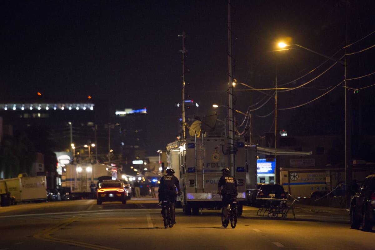 Poliisi ja pelastustyöntekijät partioivat joukkomurhan tapahtumapaikan ympäristössä Orlandossa Floridassa sunnuntaina.