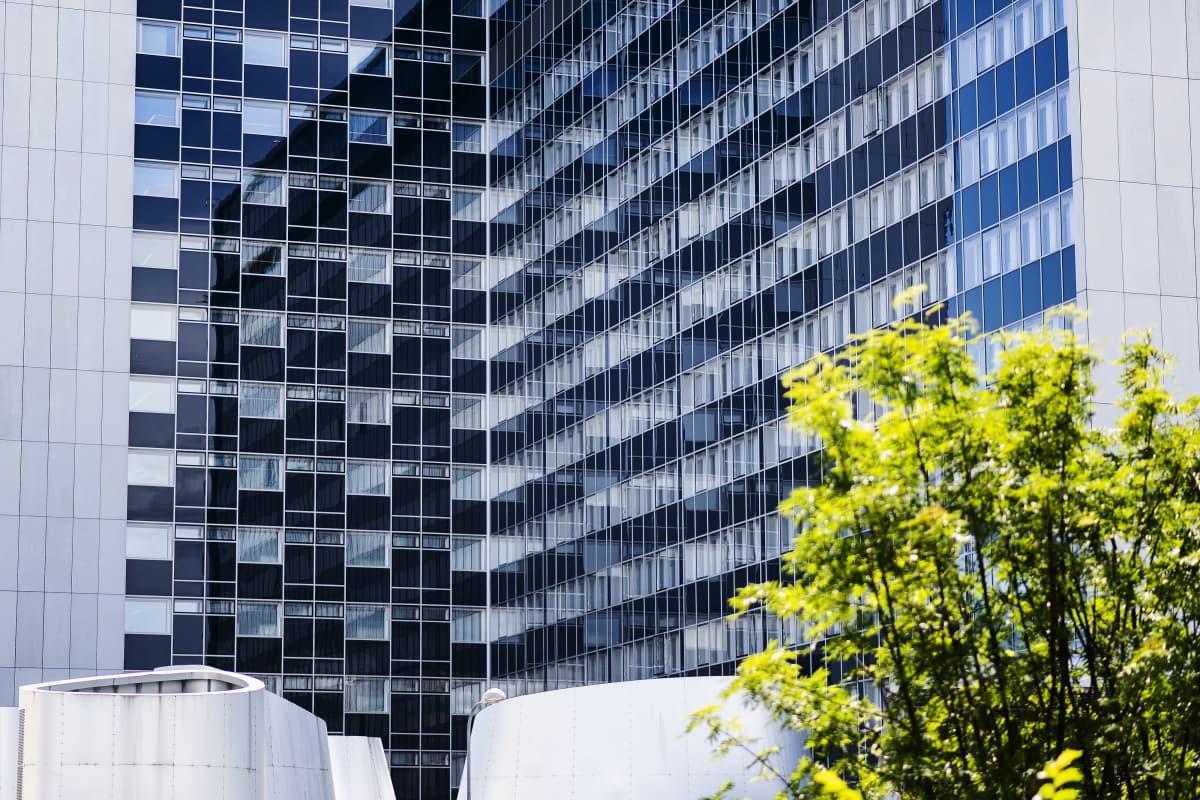 Kuvassa on Meilahden tornisairaala heinäkuussa 2020.