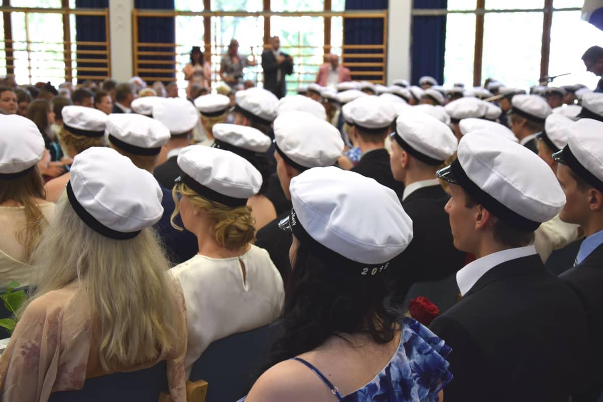 Uusia ylioppilaita Kulosaaren lukiossa.