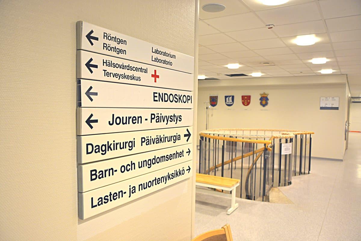 Malmin sairaalan kylttejä, joissa ohjataan muun muassa päivystykseen.