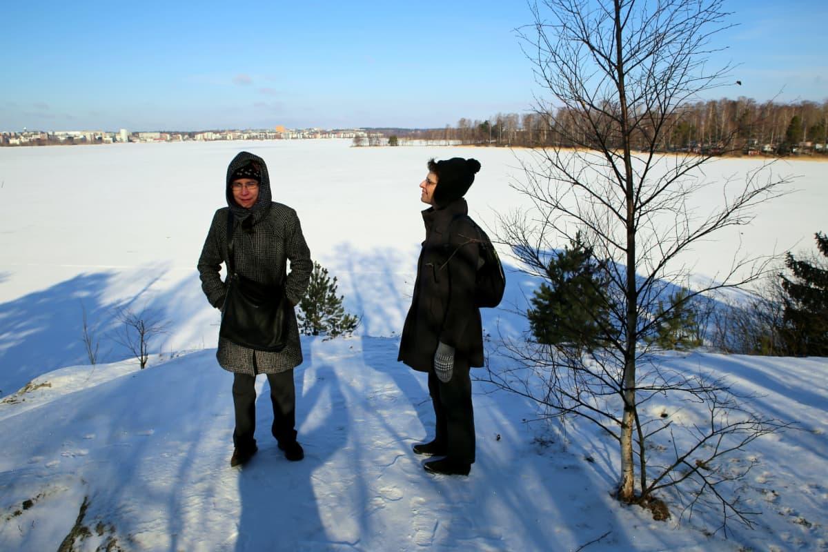 Kirjailija Maarit Verronen ja kuvittaja Laura Salama Varjosaaressa Itä-Helsingissä.