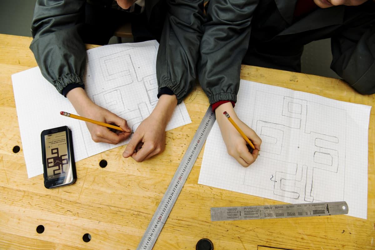 Kuvassa yläastelaiset opiskelevat teknistä käsityötä.