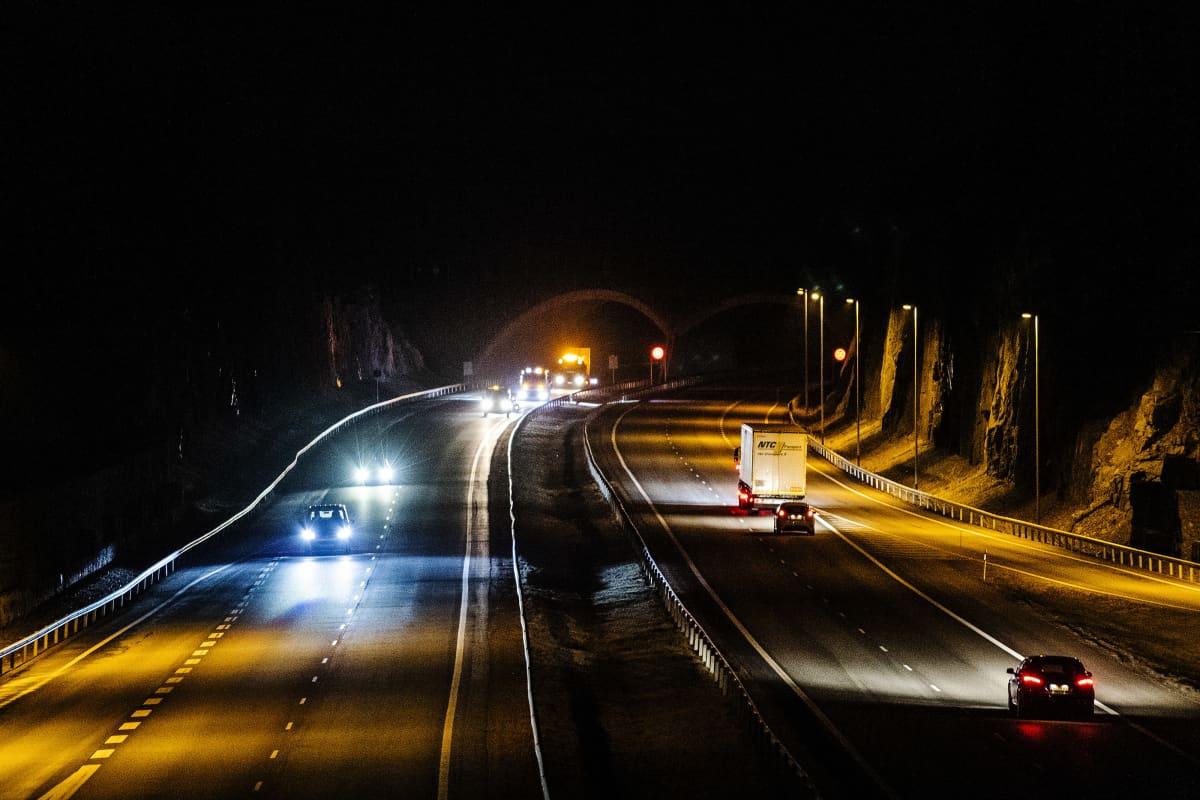 Kuvassa on öinen moottoritie.