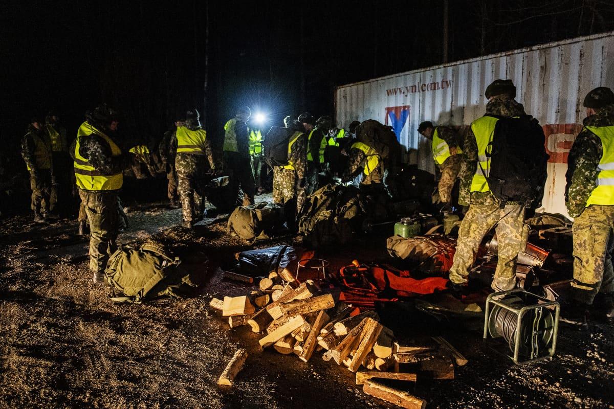 Varusmiehet leiriytyivät Lohjan Kasvihuoneilmiön läheisyyteen ja valmistautuivat avustamaan poliisia.
