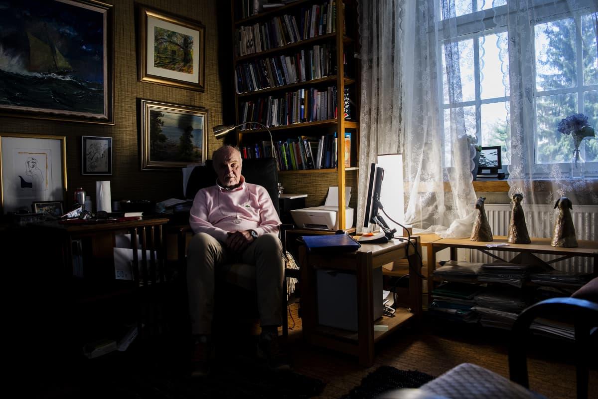 Kuvassa on psykiatri Matti Huttunen.