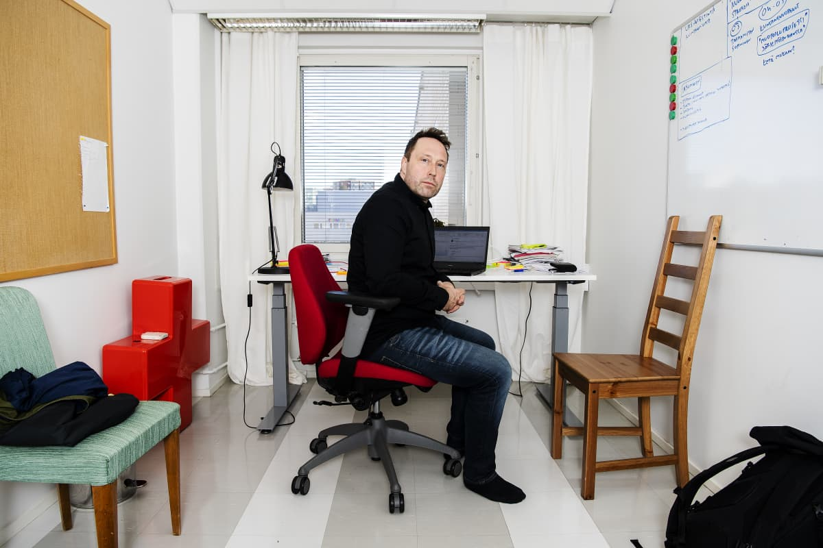 Kuvassa on SPR:n yhteisöpedagogi Miki Mielonen työpaikallaan Espoossa.