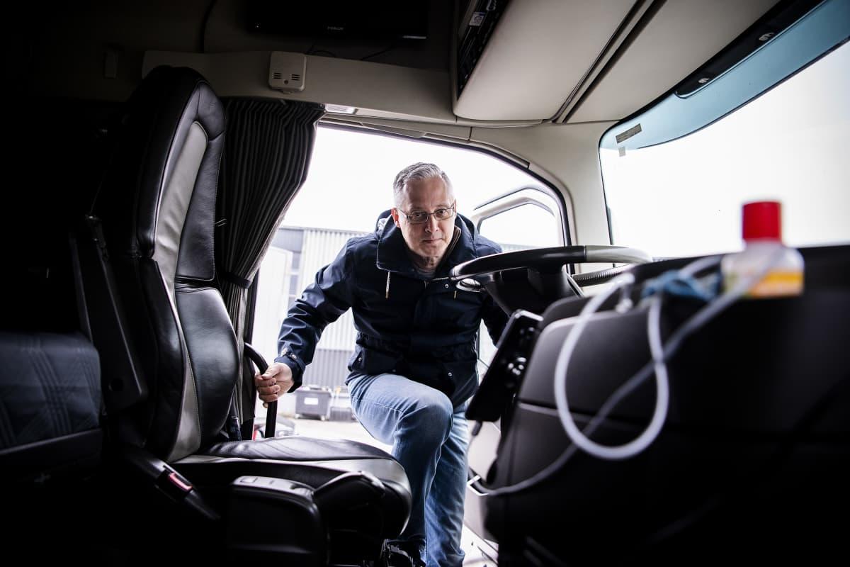 Kuvassa Star-Cargo Oy:n kautta UPS:lle työskentelevä Håkan Stara nousemassa ajoneuvoonsa.