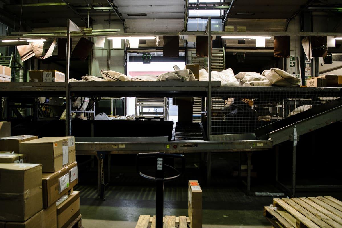 Kuvassa on paketteja UPS:n Vantaan toimitiloissa.