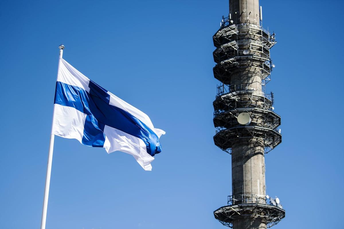 Kuvassa liehuu Suomen lippu, taustalla näkyy Pasilan linkkitorni.