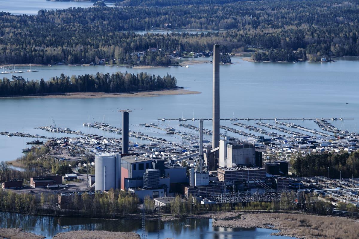 Ilmakuvassa on Suomenojan voimalaitos.