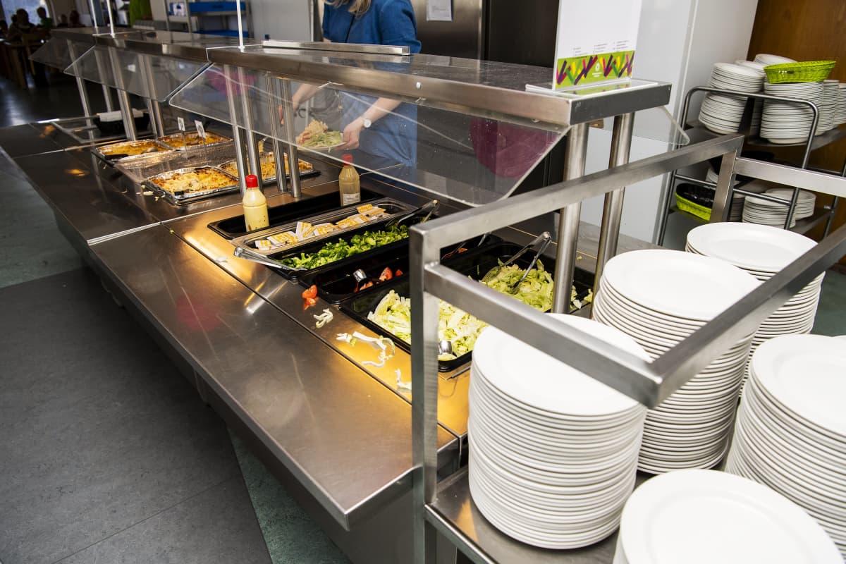 Kuvassa on tarjolla kouluruokaa.