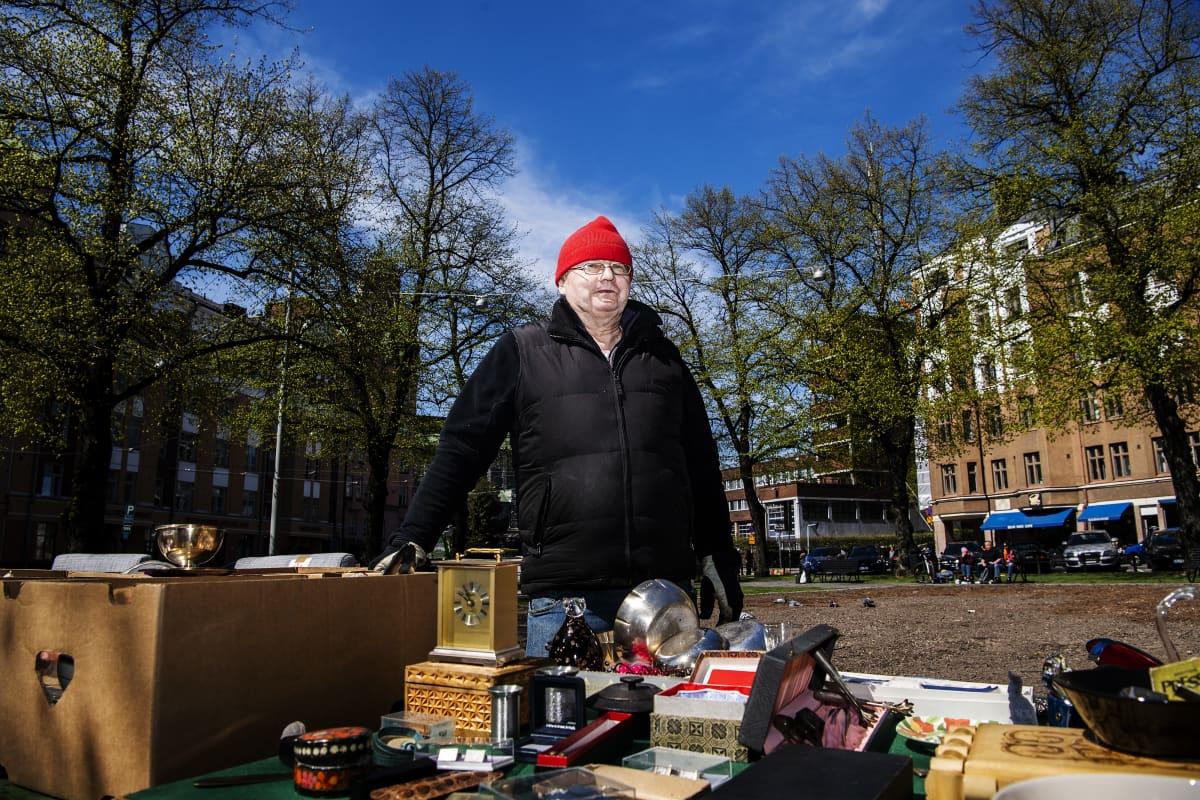 Kuvassa on Karhupuistossa putkiremontin tieltä tavaroitaan myynyt Raimo Ranta.