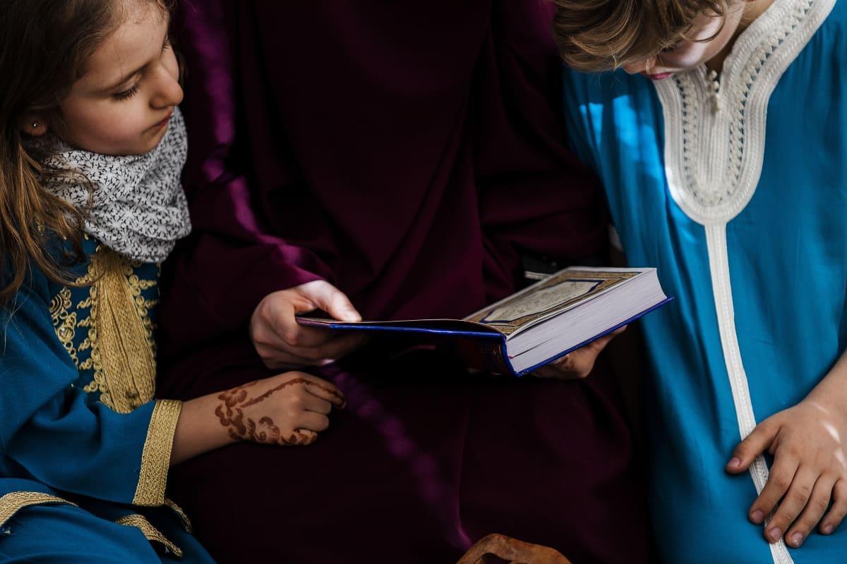 Iltapäivällä Nadia, Liliya ja Rayan rukoilevat perheen yläkerrassa asr-rukouksen. Se on päivän kolmas rukous, ja silloin, kuten aina, muslimit kääntävät kasvonsa kohti Mekkaa. Rukouksen jälkeen tutkitaan Koraania.