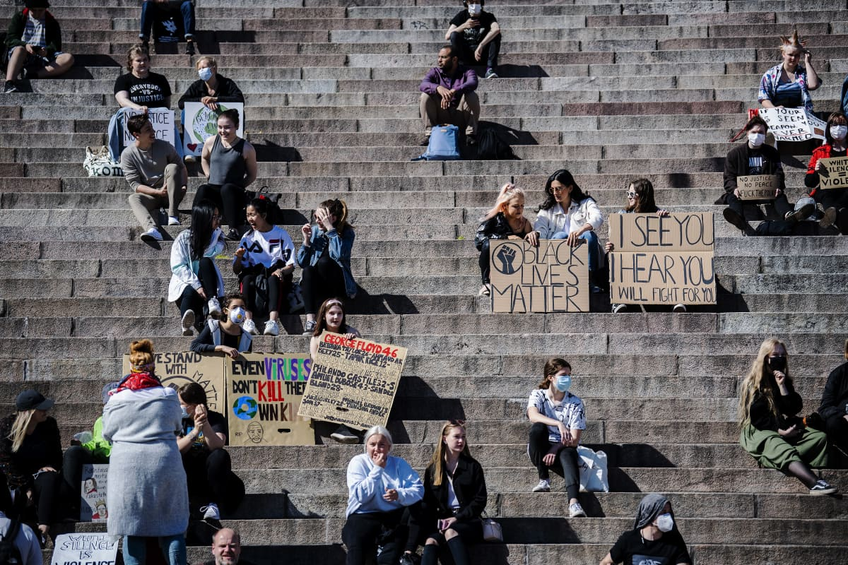 Helsingin Senaatintorilla oli 3. kesäkuuta 2020 tuhansia ihmisiä, jotka osallistuivat Black lives matter -mielenosoitukseen.