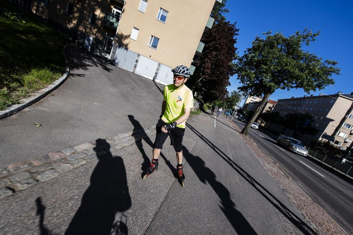 Kuvassa Panu Tuominen rullaluistelee Helsingin keskustan liepeillä kesäkuussa 2020.