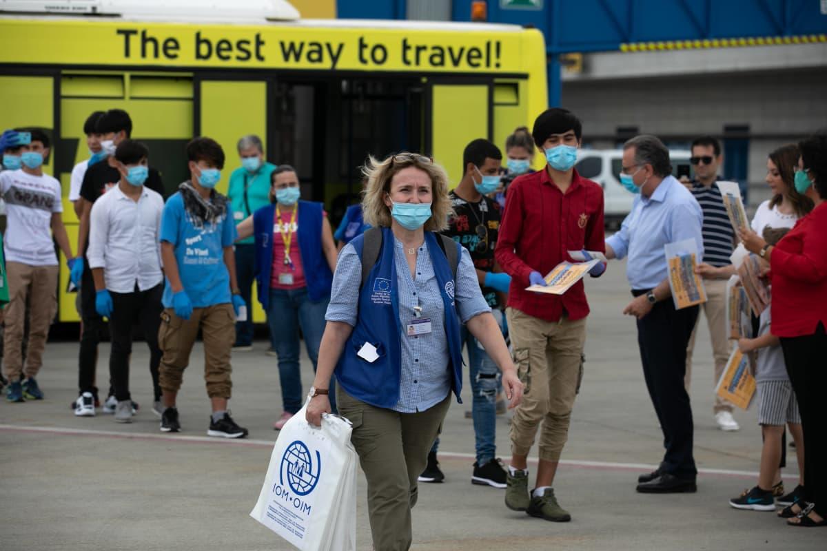Alaikäisiä siirtolaisia Ateenan lentokentällä
