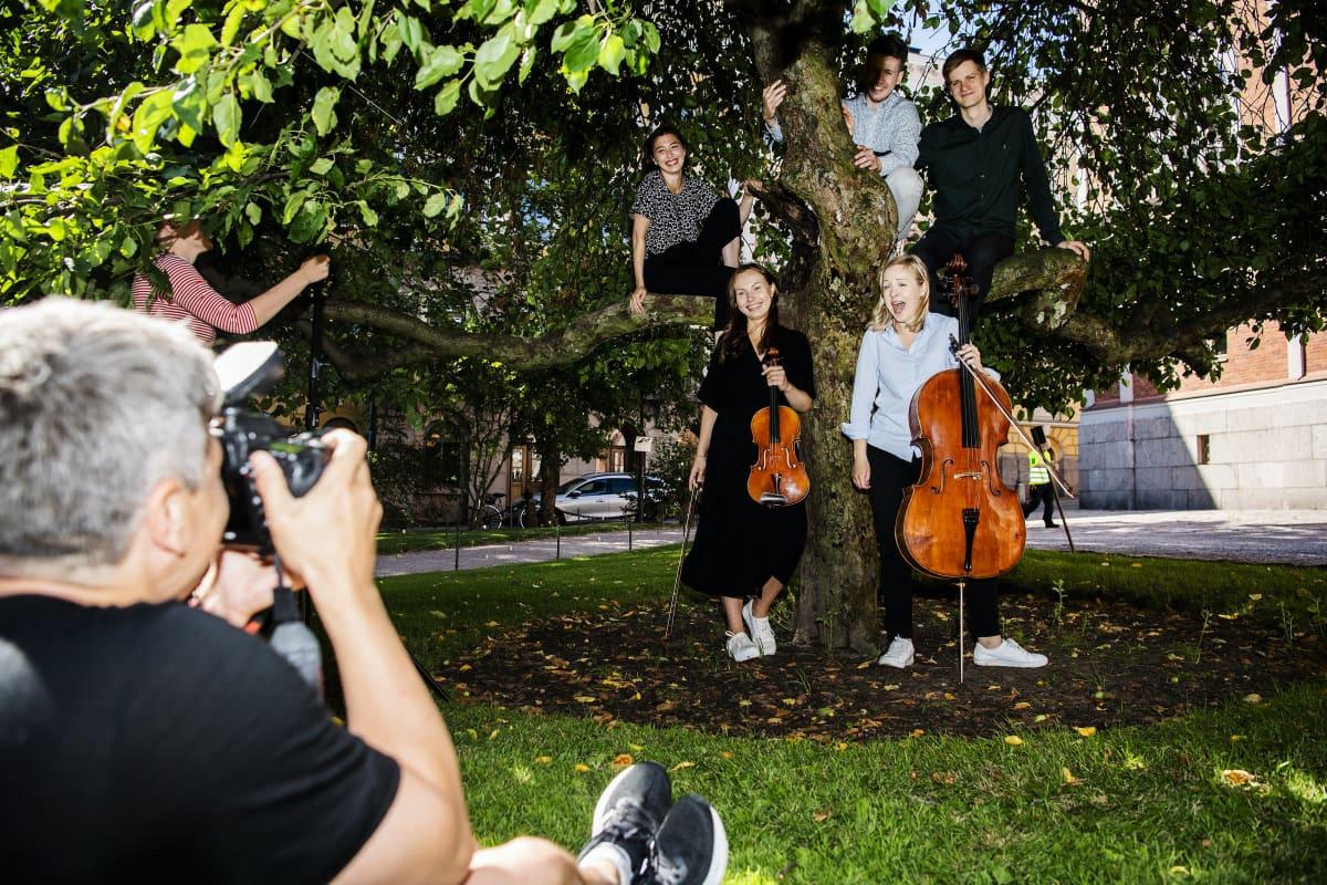 Kamarikesä-festivaalin taiteellinen työryhmä Johannes Piirto, Kasmir Uusitupa, Tami Pohjola, Riina Piirilä ja Senja Rummukainen otattivat promokuvia Ritarihuoneella Helsingissä heinäkuussa 2020.