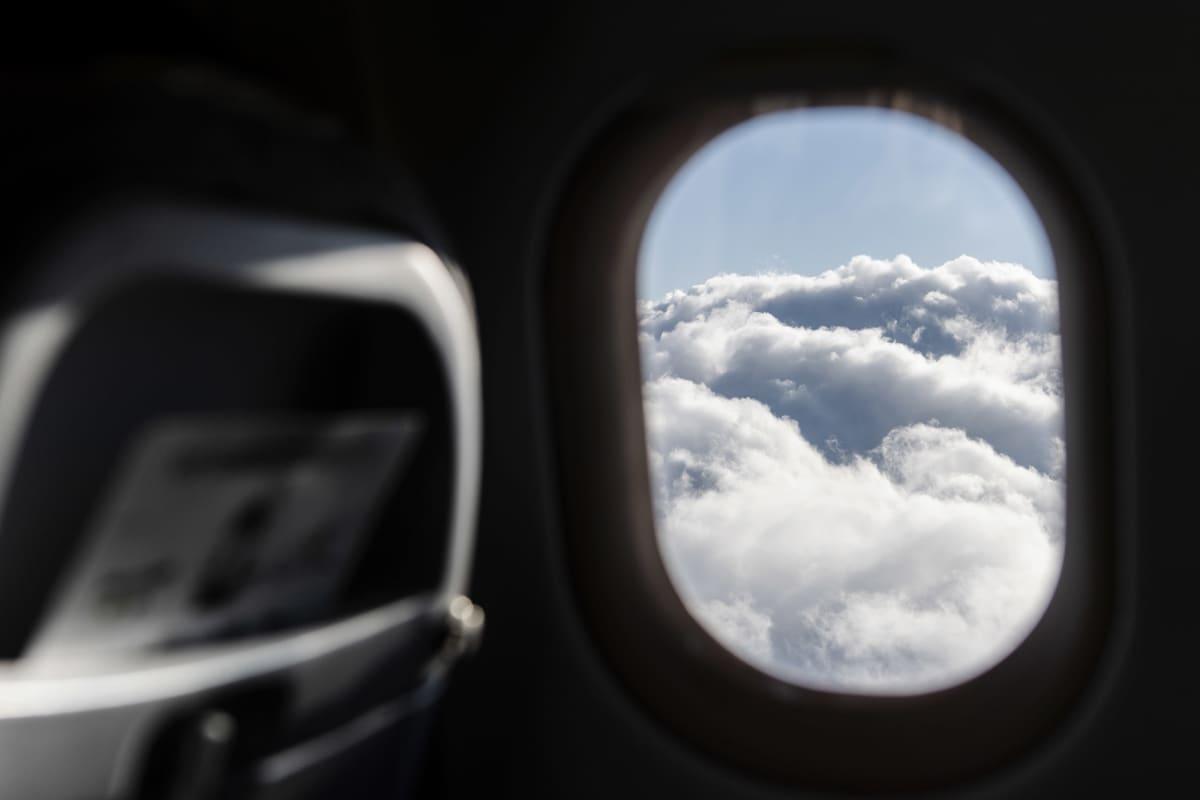 Kuvassa on näkymä lentokoneen ikkunasta syyskuussa 2020.
