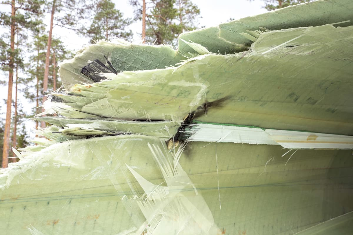 Tuulivoimalan vaurioitunut siipi