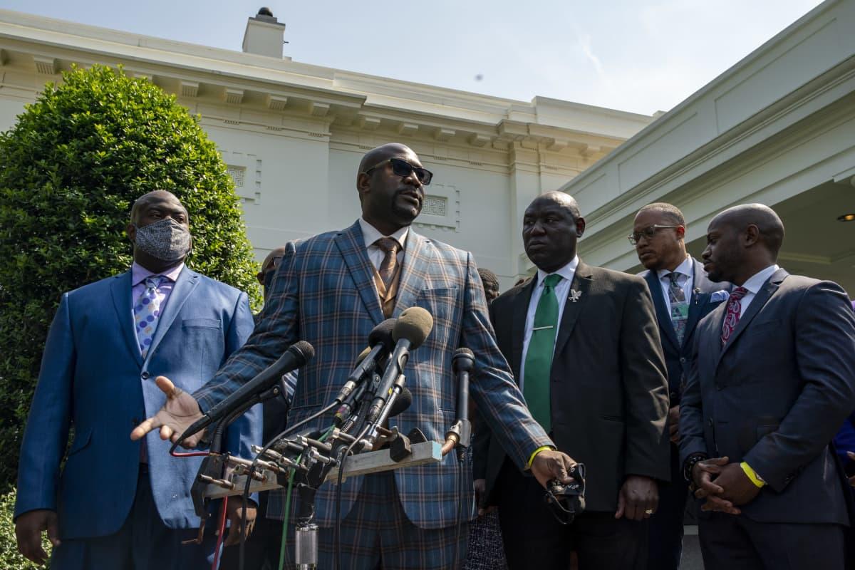 Philonise Floyd puhuu medialle Valkoisen talon pihalla.