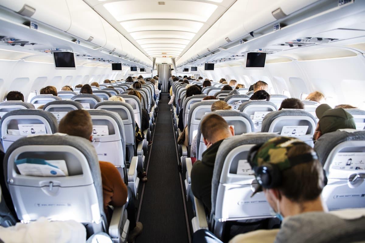 Kuvassa on matkustajia Finnairin lennolla AY 435 Helsingistä Ouluun syyskuun alussa.