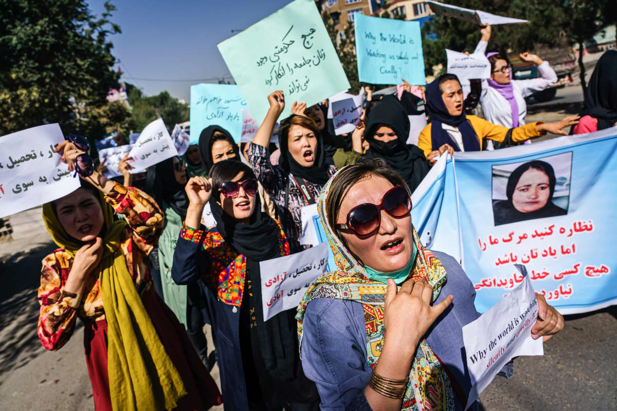 Afganistanilaiset naiset osoittavat mieltään.
