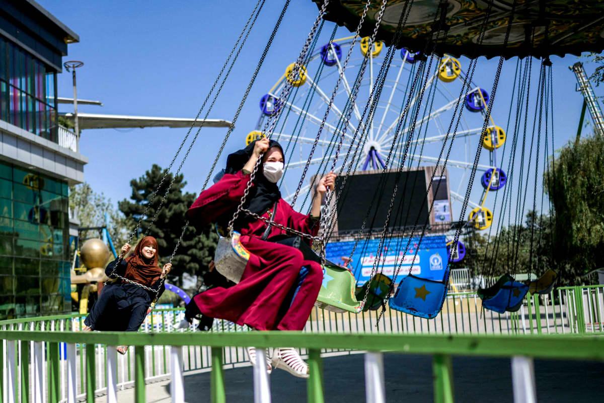Nuoret afganistanilaiset nauttivat karusellin kyydissä.