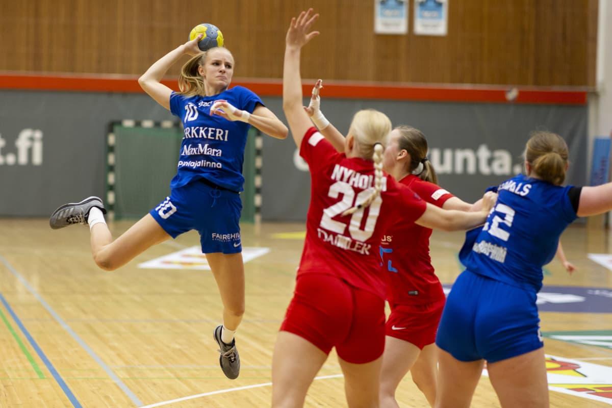 Mia Åstrand spelar handboll.