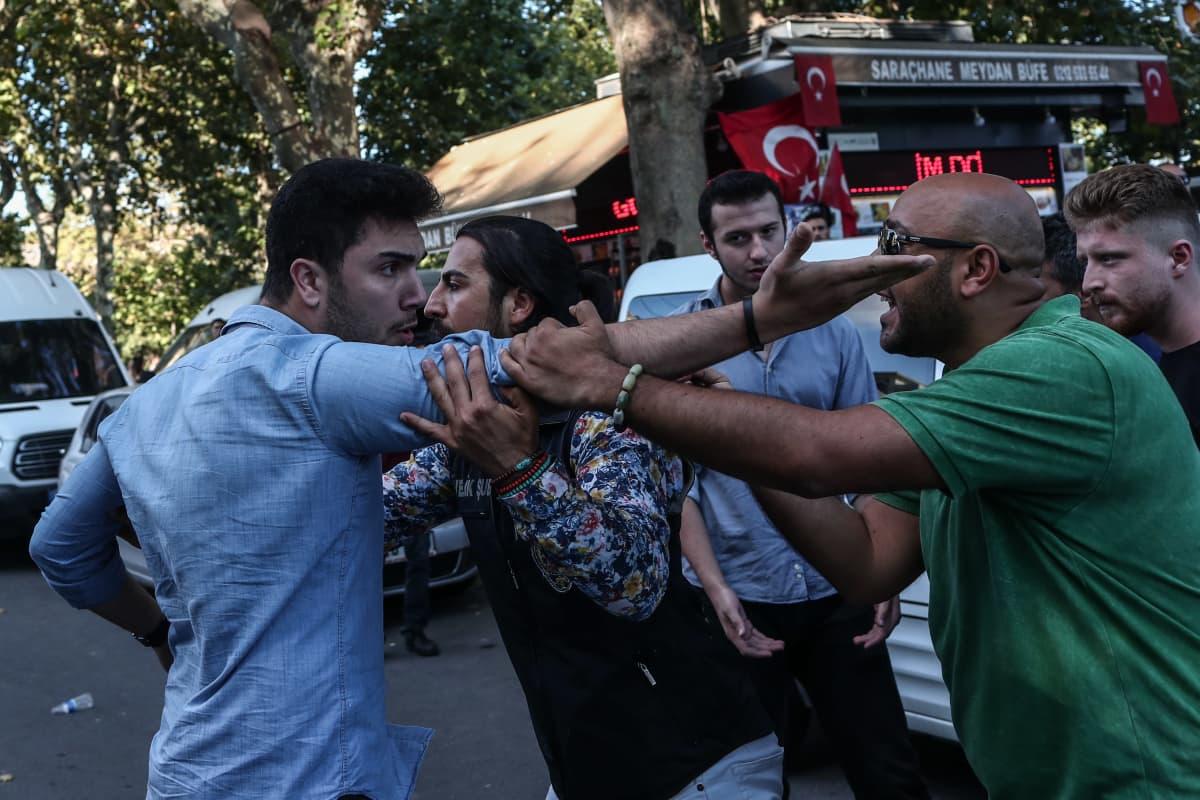 Turkin poliisi pidätti viime heinäkuussa äärikansallismielisiä, jotka protestoivat pakolaisia tukevia mielenosoittajia vastaan Istanbulissa.