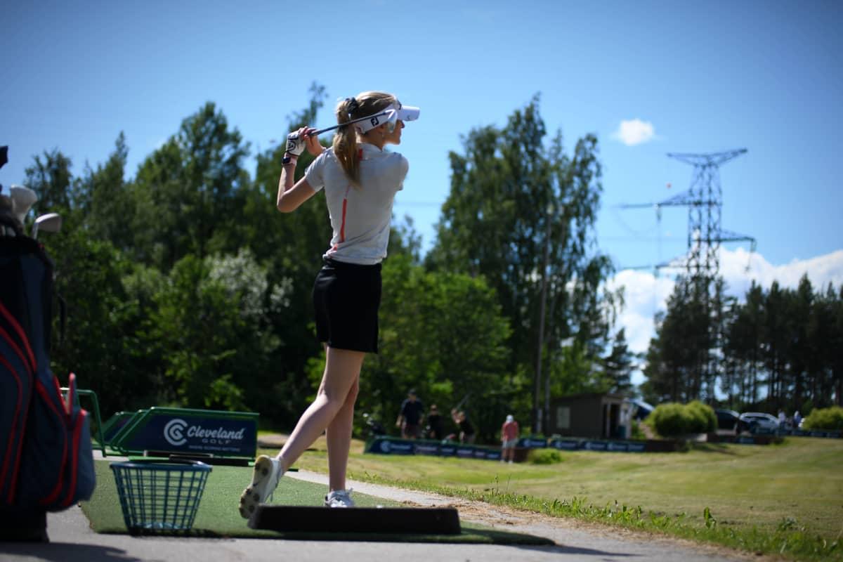Mia Åstrand spelar golf.